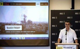 """Le chercheur d'Amnesty International Saleh Hijazi donne un point de presse, à Jérusalem le 29 juillet 2015, sur les """"crimes de guerre"""" dont l'ONG accuse Israël à Rafah, dans la bande de Gaza, début août 2014"""