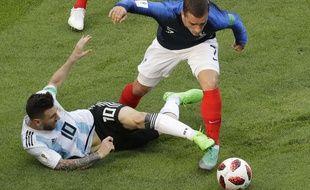 Antoine Griezmann prend le ballon dans les pieds de Leo Messi lors de France-Argentine en 8e de finale de la Coupe du monde, le 30 juin 2018.