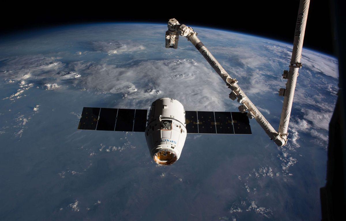 La capsule de Space X Dragon lors de son arrivée aux abords de l'ISS le 19 février dernier. – SIPA