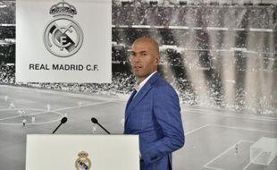 Le nouvel entraîneur du Real Madrid Zinédine Zidane devant la presse à Santiago-Bernabeu, le 4 janvier 2016
