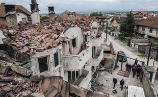 Des habitants dans les ruines de maisons détruites par les combats à Kumanovo, dans le nord de la Macédoine, le 11 mai 2015