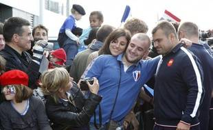 Le joeuur de l'équipe de France de rugby, Nicolas Mas, lors d'un bain de foule à Auckland, le 31 août 2011.