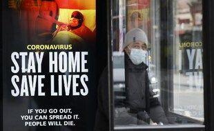 Une affiche sur un abri-bus de Londres prie les habitants de rester chez eux. Photo prise ce 8 janvier.