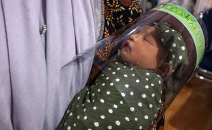 Un nouveau-né porte une visière, en Indonésie, le 16 avril.