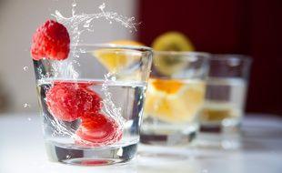 Illustration d'un verre avec des fruits. En janvier 2020, certaines associations lancent le premier mois sans alcool en France.