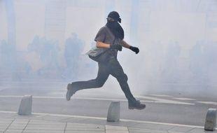 Un manifestant court pendant la manifestation se déroulant à Nantes le 1er octobre 2014