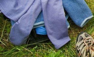 Des vêtements jetés dans l'herbe. Illustration