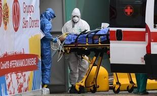 Un patient italien emmené en soins intensifs, le 23 mars 2020.