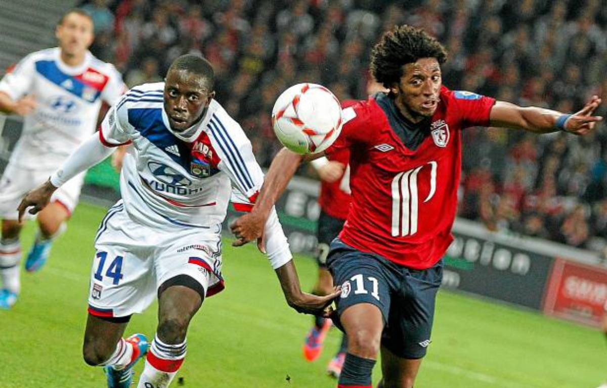 Le Lyonnais Mahamadou Dabo (en blanc) à la lutte avec Ryan Mendes, le 23 septembre 2012 à Lille. – M.Liebert / 20 Minutes