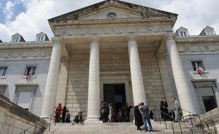 La mère qui a tenté d'étrangler sa fille avec un lacet en mai 2014 est jugée depuis lundi par le tribunal de Pau.