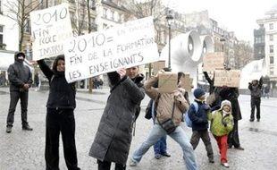 Une cinquantaine de personnes ont manifesté dans le centre de Paris samedi pour réclamer le retrait de la réforme supprimant les instituts universitaires de formation des maîtres (IUFM), a constaté une journaliste de l'AFP.