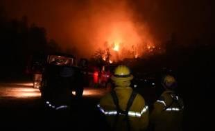 Des pompiers continuent à lutter contre les incendies qui font rage en Californie, le 15 septembre 2015 près de Middletown