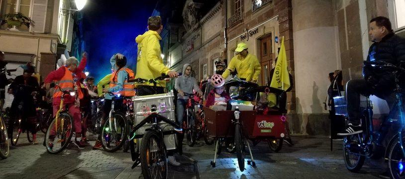 A l'avant de l'immense cortège dans les rues du centre de Strasbourg pour la véloparade.