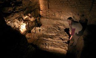 Baptistère découvert sous la cathédrale, présenté par l'archéologue Gertrud Kühnle de l'INRAP