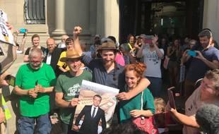 Les trois décrocheurs du portrait d'Emmanuel Macron à Kolbsheim à leur sortie du tribunal de grande instance de Strasbourg mercredi 26 juin.