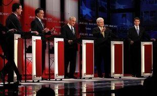 Le républicain Mitt Romney a affronté dimanche le feu croisé des critiques de ses adversaires républicains, lors du dernier débat télévisé avant les élections primaires du New Hamphsire mardi, où il reste le favori des sondages.