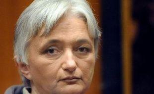 Le président de la cour. a ensuite interrogé Monique Olivier, cheveux blanc coupés courts, qui elle a répondu aux questions sur son identité et celle de ses avocats.