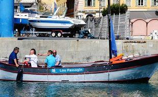 Le petit pointu assure le passage d'un quai à l'autre du port de Nice.