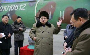 Une photo non datée distribuée par l'agence officielle nord-coréenne KCNA le 9 mars 2016 montrant le dirigeant nord-coréen Kim Jong-Un lors d'une rencontre avec des scientifiques dans un centre de recherche sur les armes nucléaires