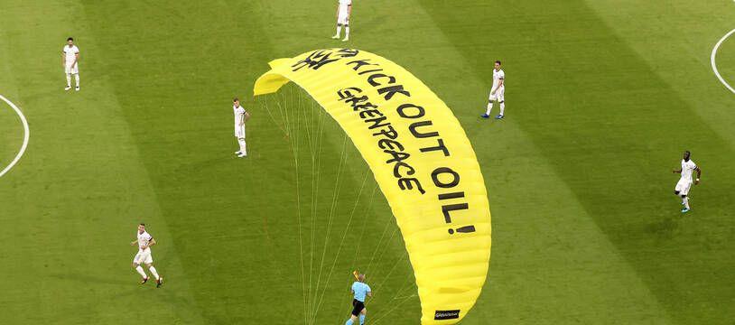 Un militant de Greenpeace atterrit sur la pelouse de l'Allianz Arena de Munich.