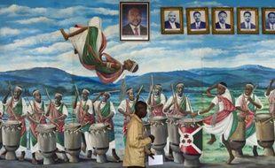 Une peinture murale de l'Assemblée nationale de Bujumbura montre des musiciens, des danseurs avec les portraits des précédent et actuel présidents du Burundi, le 27 juillet 2015