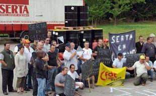 Soixante employés de la compagnie de transport Serta devant 8.000 litres de produits toxiques sur le site de La Vaupalière, le 2 août 2009.