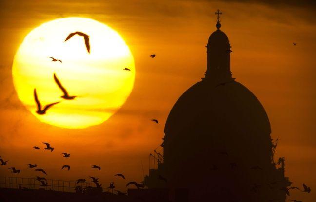 La soleil se couche derrière la cathédrale Saint-Isaac de Saint-Pétersbourg, en Russie, le 21 janvier 2015.