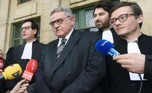L'ancien maire de la Faute-sur-Mer, René Marratier (C) entouré de ses avocats, devant la cour d'appel de Poitiers, le 4 avril 2016