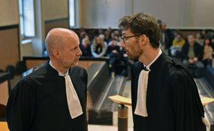 Julien Cazeres (G), avocat de Fiona Ghilarducci, et Olivier Kuhn-Massot, avocat des plaignants parlent avant l'ouverture du procès de Fiona, le 4 janvier 2016 à la cour d'assises d'Aix-en-provence