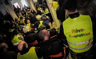 Des «gilets jaunes» réunis dans leur local à Saint-Nazaire.