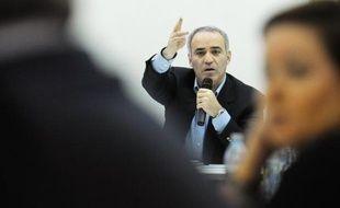 L'opposant à Vladimir Poutine et champion d'échecs Garry Kasparov a annoncé depuis Genève qu'il ne rentrerait pas en Russie, par crainte de poursuites judiciaires pour ses activités politiques.