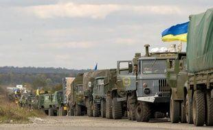Une colonne de camions ukrainiens est arrêtée dans le village de Semenovka, près de Slaviansk dans l'est de l'Ukraine, le 5 octobre 2014