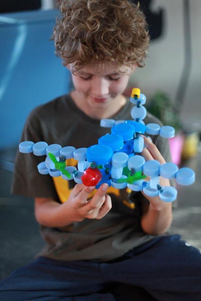 Clip-it permet de réaliser des objets à partir de bouchons en plastique.