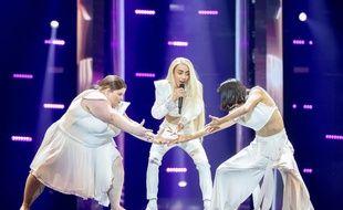 Bilal Hassani, entouré des danseuses Lizzy Howell et Lin Chang Lan, sur la scène de l'Eurovision lors de leur première répétition, le 10 mai 2019.