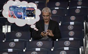 Avec des milliers de notifications Twitter depuis hier soir, Raymond Domenech doit passer son temps sur son portable (Merci à William Pereira pour le paint!...