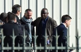 Jean-Luc Reichmann, Eric Di Meco et Basile Boli arrivent pour assister à une messe funéraire dédiée à Bernard Tapie à la cathédrale Major de Marseille, le 8 octobre 2021.