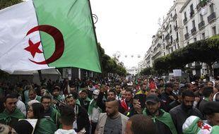 Des manifestants se sont rassemblés dans les rues d'Alger, le 19 avril 2019.