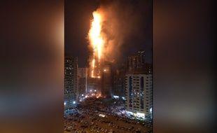 Un gratte-ciel de 45 étages a été ravagé par un incendie à Sharjah, aux Emirats arabes unis, le 5 mai 2020.