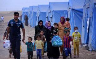 Une famille d'Irakiens déplacés par les violences dans le nord de l'Irak, le 12 juin 2014 à Aski kalak