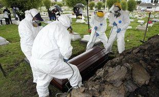 Un enterrement d'une personne morte du Covid-19, à Zipaquira en Colombie le 18 juin 2021.
