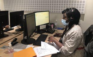 Sur la plateforme d'appel de la CPAM de Paris, Maryam, agente de l'Assurance maladie, contacte les assurés de plus de 75 ans pour leur proposer un rendez-vous rapide et près de chez eux pour se faire vacciner contre le Covid-19.