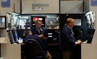 Goldman Sachs a fait mieux que prévu en 2013 même si son chiffre d'affaires et son bénéfice des trois derniers mois de l'année a reculé à cause des opérations de marchés et malgré une bonne performance en banque d'investissement.