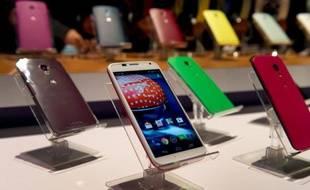 Le fabricant de téléphones portables en difficulté Motorola, filiale du géant de l'internet Google, a présenté jeudi un smartphone personnalisable et fabriqué aux États-Unis, censé lui permettre de rattraper son retard sur ce marché dominé par Apple et Samsung.