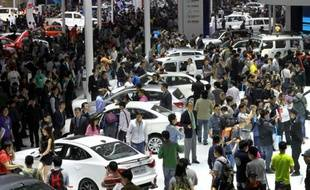 Des visiteurs lors du dernier salon international de l'automobile à Pékin, le 21 avril 2014