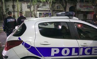Une voiture de police stationnée lors d'une opération des forces de l'ordre à Nîmes, le 2 octobre 2015