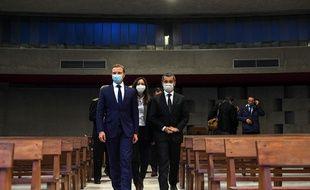 Gérald Darmanin (à droite) a visité lundi l'église Saint-Pierre Chanel de Rillieux-la-Pape en compagnie du maire de la ville Alexandre Vincendet. OLIVIER CHASSIGNOLE