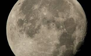 Transit de l'ISS devant la Lune, photo publiée par la Nasa le 2 août 2015.