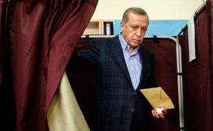 Recep Tayyip Erdogan dans un bureau de vote le 1er novembre 2015 à Istanbul