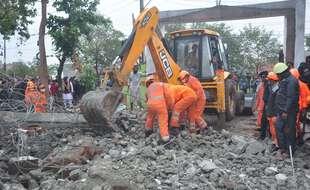Des secouristes tentant de sortir des survivants des décombres d'un crématorium effondré en Inde, le 3 janvier 2021.