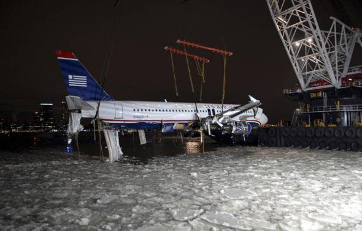 L'Airbus contraint à un amerrissage forcé sur l'Hudson river à New York, est sorti de l'eau, le 17 janvier 2009. Il doit être mis au sec pour les besoins de l'enquête. – REUTERS